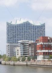 Elbphilharmonie in Hamburg mit Haeusern am Grasbrookhafen