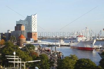 Elbphilharmonie in Hamburg mit Cap San Diego