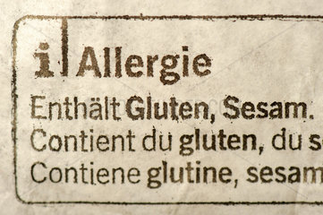 Deklaration fuer Allergiker auf einer Brot-Verpackung: Enthaelt Gluten   Sesam.
