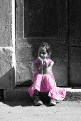 Maedchen Maedchen mit rosa Kleid Maedchen sitzt auf Stiege