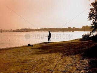 Fischer Angler fischen am Ufer