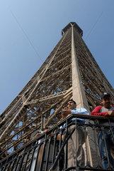 Besucher auf der zweiten Besichtigungsplattform des Eiffelturms in Paris  Frankreich.