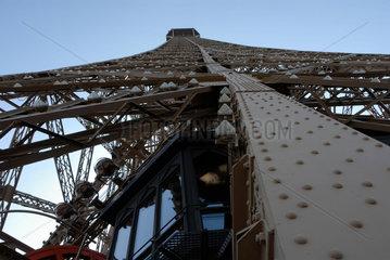 Blick von der zweiten Besichtigungsplattform zur Spitze des Eiffelturms in Paris  Frankreich.