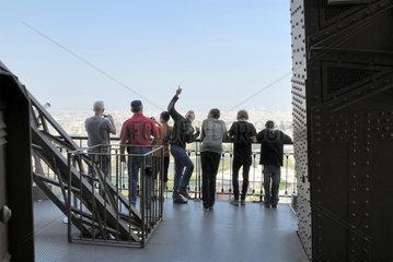 Auf der zweiten Besichtigungsplattform des Eiffelturms in Paris  Frankreich.