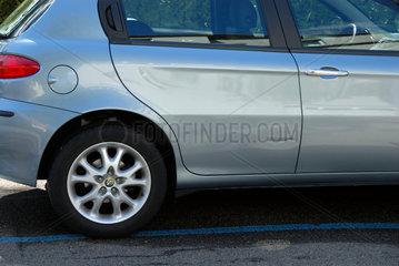 Parkschaden (Delle  Kratzer) an einem Neuwagen (Alfa Romeo)