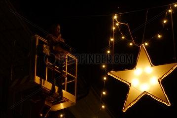 In den Strassen der Hauptstadt der Schweiz werden die beleuchteten Weihnachtsdekorationen aufgehaengt.