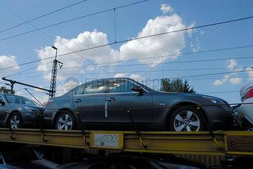 Autotransport-Zug mit BMW-Neuwagen in der Naehe von Landshut.