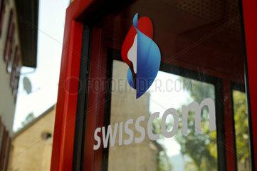 Das Swisscom Logo auf einer Telefonkabine.