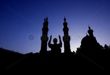 Aegypten  ein Moslem betet an einer Moschee