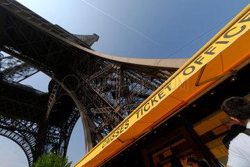 Touristen / Touristinnen an einer Kasse am Eingang zum Eiffelturm in Paris  Frankreich.