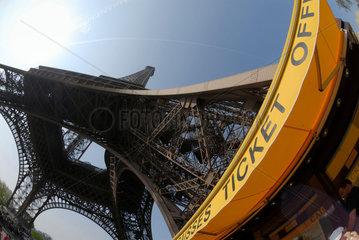Kasse am Eingang zum Eiffelturm in Paris  Frankreich.
