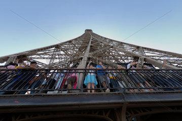 Menschen auf der zweiten Besichtigungsplattform des Eiffelturms in Paris  Frankreich.