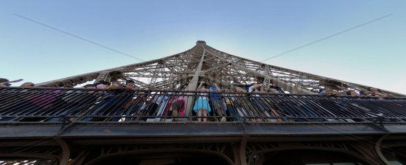 Besucher Besucherinnen auf der zweiten Besichtigungsplattform des Eiffelturms in Paris  Frankreich.