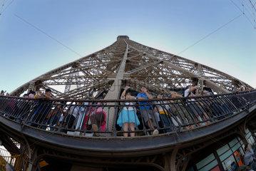 Besucher / Besucherinnen auf der zweiten Besichtigungsplattform des Eiffelturms in Paris  Frankreich.