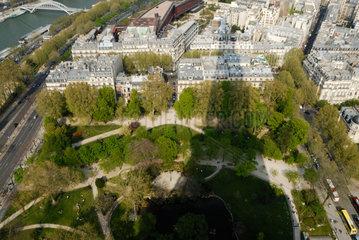 Blick von der der zweiten Besichtigungsplattform des Eiffelturms in Paris  Frankreich.