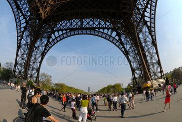 Menschen unter dem Eiffelturm in Paris  Frankreich.
