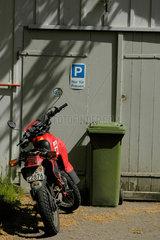 Parkplatz nur fuer Frauen  Motorrad.