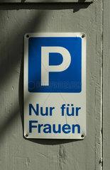 Parkplatz nur fuer Frauen  Schild.