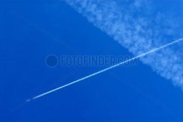 Flugzeug mit seinem eigenen Kondensstreifen und einem zweiten  der sich schon ausgebreitet hat.
