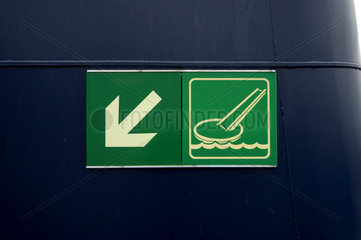 Hinweis auf Rettungsboot/Rettungsinsel auf einer Faehre in Skandinavien.