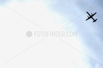 Flugzeug am Himmel nahe Wolke.