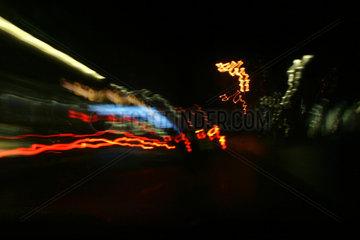 Lichtspuren in der naechtlichen Stadt.