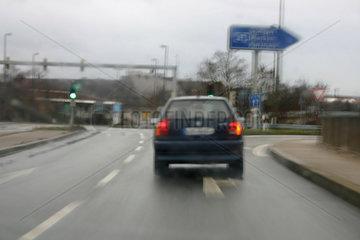 Autobahneinfahrt bei Regenwetter.
