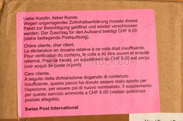 Zoll (Schweiz) hat Paket aus Deutschland geoeffnet und kontrolliert.