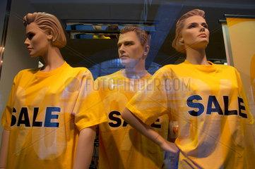 Ausverkauf in einem Kleiderladen.