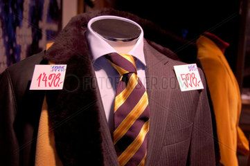 Herrenkleidung im Angebot.