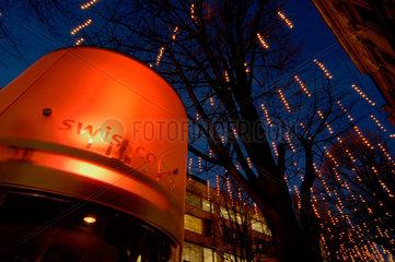 Swisscom Telefonkabine in Zuerich um die Weihnachtszeit.