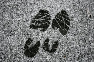 Spuren im Schnee.
