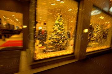 Weihnachtsschmuck im Schaufenster.