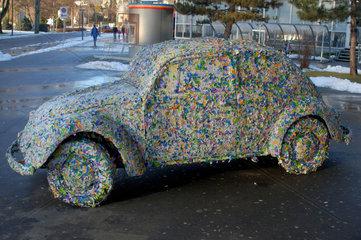 VW-Kaefer mit Eintrittskarten beklebt.