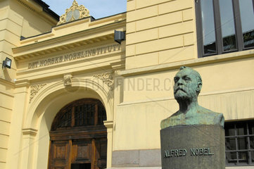 Alfred Nobel Bueste vor dem Nobelinstitut in Oslo  Norwegen.
