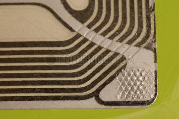 RFID - Transponder auf Innenseite einer Plastikverpackung.