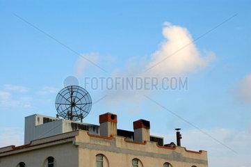 Seltsames Gebaeude mit Satellitenschuessel vor Stomboli - Vulkan.