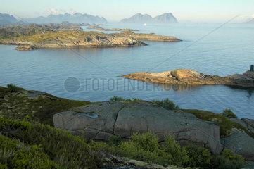 Blick vom Kalle-Felsen in Richtung Kabelvag und Svolvaer (Lofoten  Norwegen).