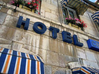 Hotel- Fassade in Frankreich.