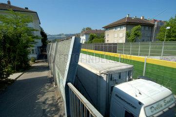 Laermschutzwaende in der Stadt Bern an der Autobahn.