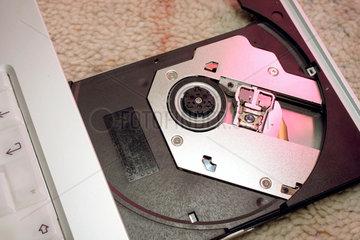 CD-Schlitten an Laptop