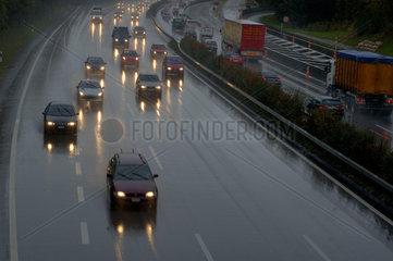 Autobahn bei Regen und in der Daemmerung.