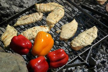 Fleisch und Paprika auf Grill.