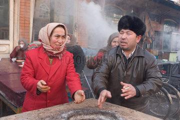 Kashgar  Menschen waermen sich am Feuer | Kashgar  people reheat at a fire place