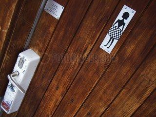 WC-Tuere mit Symbol Frauen-WC