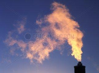Rauch steigt aus Schornstein