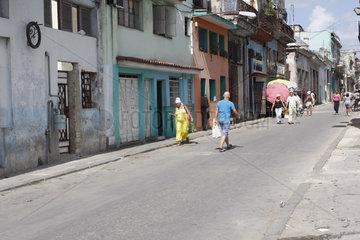 Fussgaenger in Havanna Centro