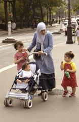 Tuerkische Mutter mit Kindern