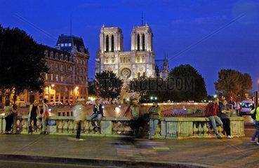 Notre Dame am Abend