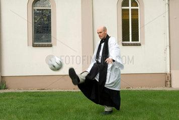 Pastor Christopher  Fussballspiel Imame und Priester am 6. Mai